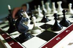 Figuras da xadrez a bordo Fotos de Stock Royalty Free