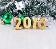 figuras de 2016 años y decoraciones de oro de la Navidad Foto de archivo libre de regalías