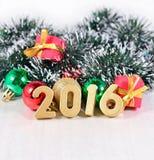 figuras de 2016 años y decoraciones de oro de la Navidad Imagen de archivo