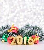 figuras de 2016 años y decoraciones de oro de la Navidad Fotos de archivo libres de regalías