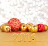 figuras de 2016 años y decoraciones de oro de la Navidad Foto de archivo