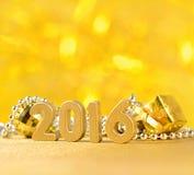 figuras de 2016 años y decoraciones de oro de la Navidad Fotografía de archivo