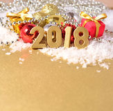 figuras de 2018 años y decoraciones de oro de la Navidad Foto de archivo