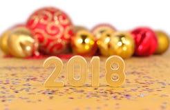 figuras de 2018 años y decoraciones de oro de la Navidad en un blanco Fotos de archivo