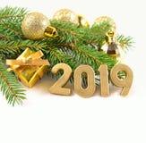figuras de 2019 anos e decorações douradas do Natal Fotografia de Stock Royalty Free