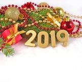 figuras de 2019 anos e decorações douradas do Natal Foto de Stock Royalty Free