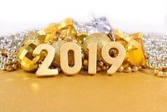 figuras de 2019 anos e decorações douradas do Natal Imagens de Stock Royalty Free