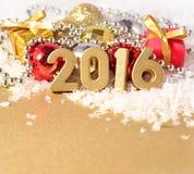 figuras de 2016 anos e decorações douradas do Natal Fotos de Stock Royalty Free