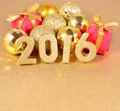 figuras de 2016 anos e decorações douradas do Natal Imagem de Stock