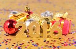 figuras de 2016 anos e decorações douradas do Natal Foto de Stock Royalty Free