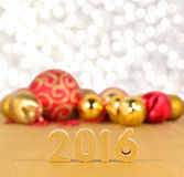 figuras de 2016 anos e decorações douradas do Natal Foto de Stock