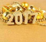 figuras de 2017 anos e decorações douradas do Natal Fotografia de Stock Royalty Free