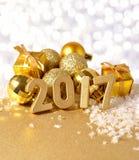 figuras de 2017 anos e decorações douradas do Natal Imagem de Stock Royalty Free