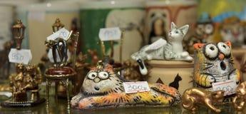 Figuras de cerámica de gatos en una tienda Foto de archivo libre de regalías