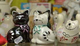 Figuras de cerámica de gatos en una tienda Imagen de archivo libre de regalías