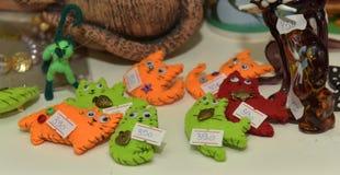 Figuras de cerámica de gatos en una tienda Fotografía de archivo