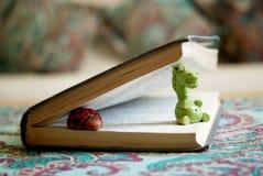 Figuras de cerámica en libro Fotografía de archivo libre de regalías