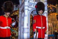 Figuras de cera de guardias reales en el museo de señora Tussauds en Londres Los guardias británicos en uniforme del rojo son la  Imágenes de archivo libres de regalías