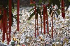 Figuras de dioses cerca del templo en Asia foto de archivo