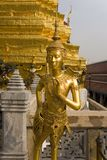 Figuras de Guilded em Wat Phra Kaeo. Tailândia Fotografia de Stock