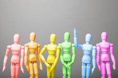 Figuras de la gente en colores del arco iris Las derechas de LGBT en sociedad fotos de archivo