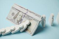 Figuras de la gente en la fila, efecto de domin? Estabilidad financiera y econ?mica Quiebra, acumulaci?n del dinero fotografía de archivo libre de regalías