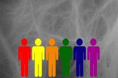 Figuras de los hombres que se colocan con colores de LGBT en un fondo gris stock de ilustración