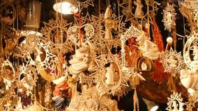 Figuras de madeira com os temas religiosos de um Natal que balançam no vento Brinquedos de madeira do Natal como a decoração para filme