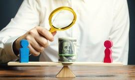 Figuras de madeira do homem e das mulheres nas escalas Conceito da diferença de pagamento de gênero Desigualdade da renda opress? imagens de stock royalty free