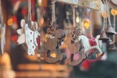 Figuras de madeira dos cervos em uma corda Fotos de Stock