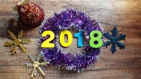 2018 figuras de madeira em um ouropel do Natal no fundo de madeira Foto de Stock Royalty Free