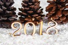 Figuras de madeira de 2018 na neve Atmosfera do Natal o ano novo 2018 cones Foto de Stock Royalty Free