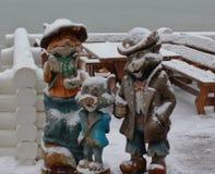 Figuras de madeira no dia de inverno Fox, gato e rato foto de stock royalty free