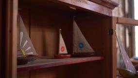 Figuras de madeira pequenas do navio na prateleira vídeos de arquivo