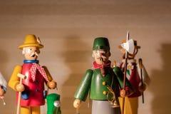 Figuras de madeira que estão em uma prateleira Quebra-nozes, Natal, símbolo; foto de stock royalty free