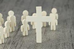 Figuras de madera con símbolo cruzado Imagen de archivo libre de regalías