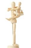 Figuras de madera del niño que abrazan a su padre Foto de archivo libre de regalías