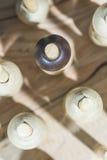 Figuras de madera en el concepto de individualidad imagen de archivo