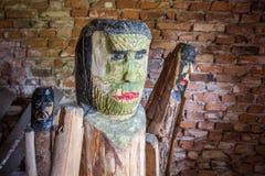 Figuras de madera en museo del aire abierto en Tokarnia, Polonia Foto de archivo