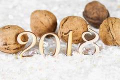 Figuras de madera de 2018 en nieve Atmósfera de la Navidad el Año Nuevo 2018 Nueces Imágenes de archivo libres de regalías