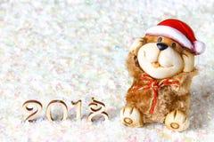 Figuras de madera de 2018 en nieve Atmósfera de la Navidad el Año Nuevo 2018 Un perro de juguete es un símbolo del Año Nuevo Foto de archivo libre de regalías