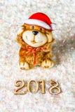 Figuras de madera de 2018 en nieve Atmósfera de la Navidad el Año Nuevo 2018 Un perro de juguete es un símbolo del Año Nuevo Fotografía de archivo