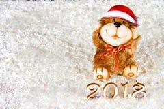 Figuras de madera de 2018 en nieve Atmósfera de la Navidad el Año Nuevo 2018 Un perro de juguete es un símbolo del Año Nuevo Fotos de archivo libres de regalías