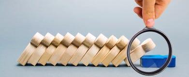 Figuras de madera de la gente Concepto del negocio del domin? El l?der no para la ca?da de empleados Punto d?bil Jefe no fiable foto de archivo libre de regalías