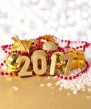 figuras de oro de 2017 años en el fondo del decorati de la Navidad Imágenes de archivo libres de regalías