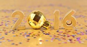 figuras de oro de 2016 años y confeti varicolored Imagen de archivo