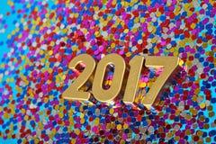 figuras de oro de 2017 años y confeti varicolored Imagenes de archivo