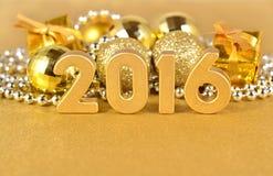 figuras de oro de 2016 años y decoraciones de oro de la Navidad Fotos de archivo libres de regalías