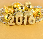 figuras de oro de 2016 años y decoraciones de oro de la Navidad Imágenes de archivo libres de regalías