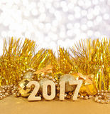 figuras de oro de 2017 años y decoraciones de oro de la Navidad Foto de archivo libre de regalías